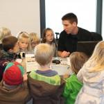 Kindjes krijgen uitleg over de onmisbare computer van de dierenarts.
